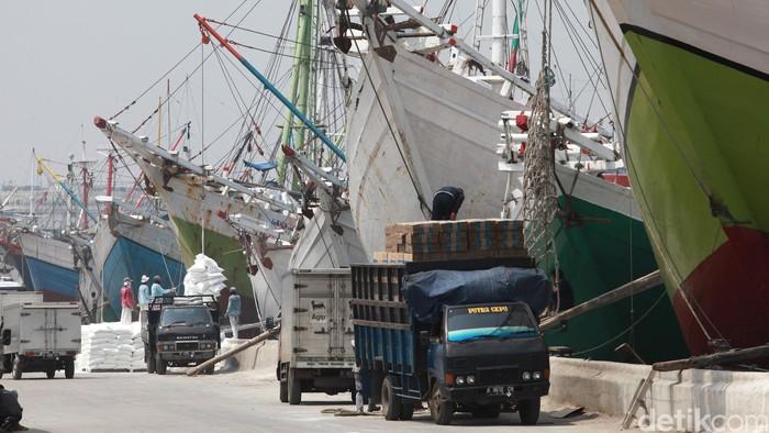 Aktivitas ekonomi berupa bongkar muat di Pelabuhan Sunda Kelapa, Jakarta.