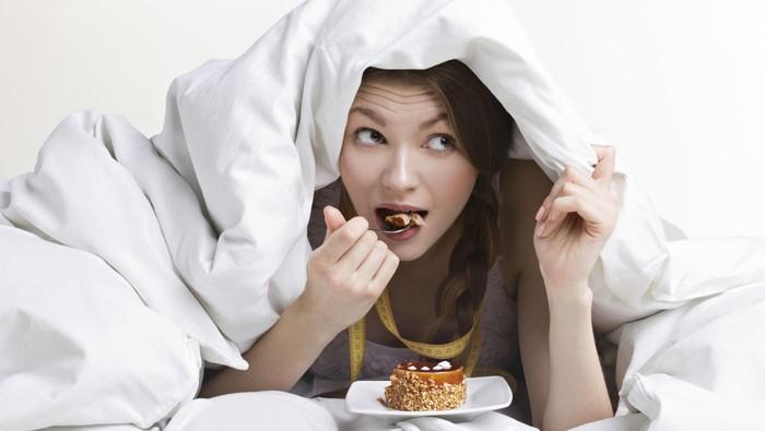 Apa akibatnya kalau terlalu banyak makan sebelum tidur? Foto: Thinkstock