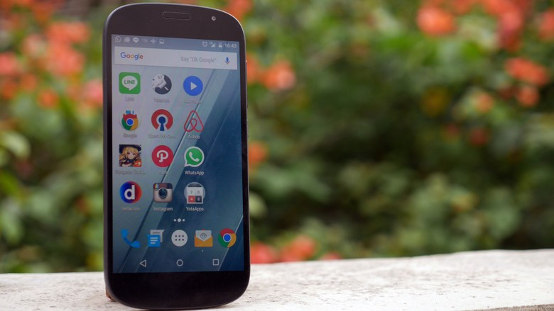 Diihat dari depan, YotaPhone sama seperti ponsel kebanyakan. Ini adalah YotaPhone 2. Foto: detikINET - Anggoro Suryo Jati