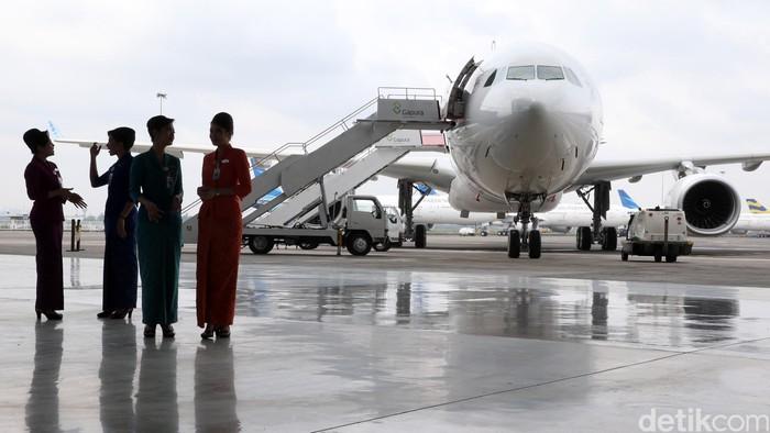 Pramugari  Garuda Indonesia disela-sela peresmian operasional 2 pesawat baru di Bandara Soekarno-Hatta, Tangerang, Senin (1/2/2016).