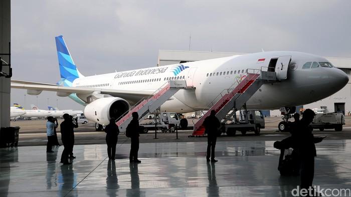 Maskapai PT Garuda Indonesia Tbk (GIAA) mengenalkan pesawat baru dengan kabin mewah di Bandara Soekarno-Hatta, Senin (1/2/2016). Layanan kabin mewah itu terpasang pada armada terbaru Garuda, Airbus 330-300. Di dalam kabin A330, terdapat layanan kursi Super Diamond Seat yang khusus untuk melayani penumpang kelas bisnis. (Ari Saputra/detikcom).