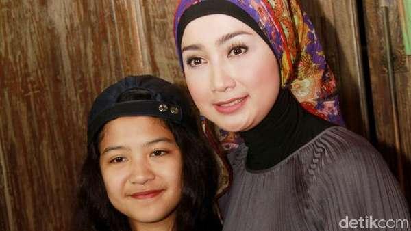 Desy Ratnasari dan Putrinya yang Beranjak Remaja