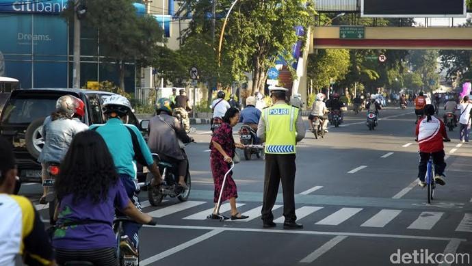 Polisi Bantu Manula Menyeberang Jalan