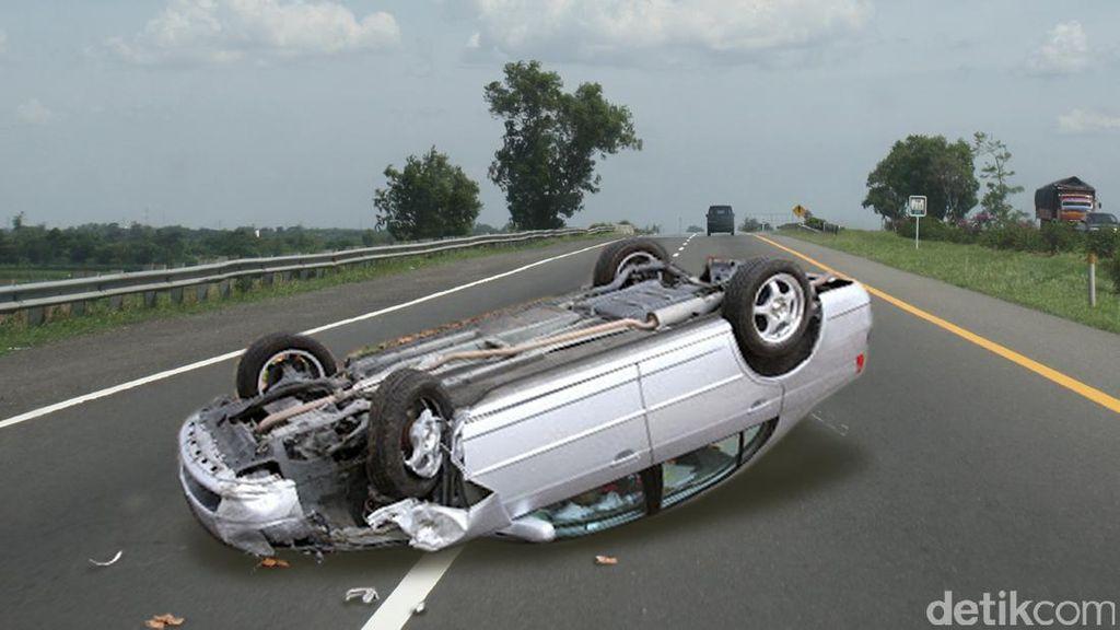 Sopir Diduga Mengantuk, Mobil Terbalik di Jalan Nasional Trenggalek