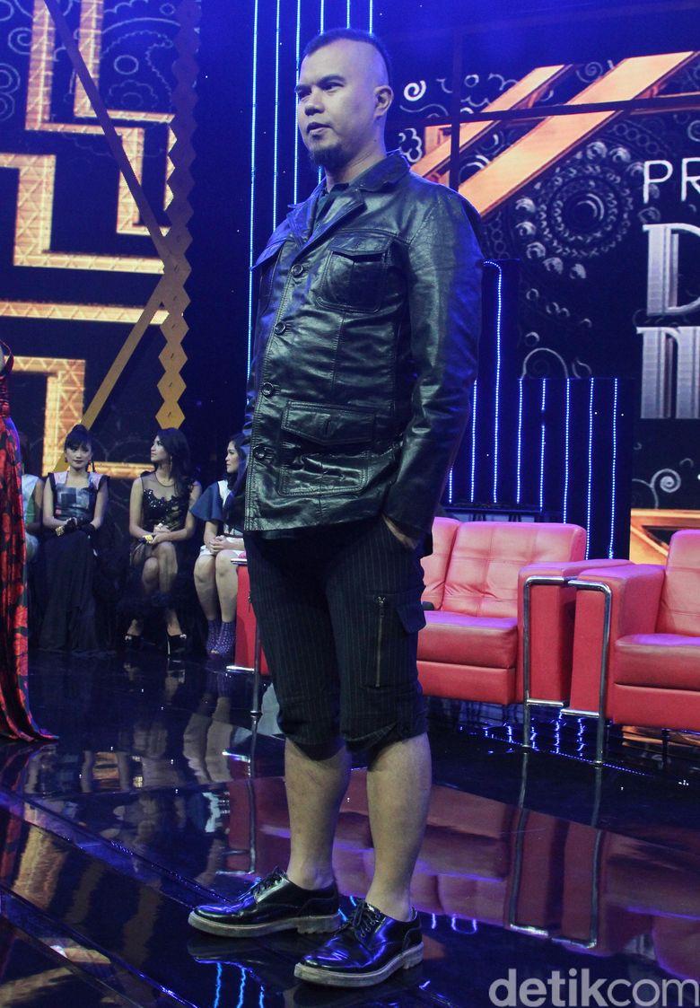 Dhani tampil dengan jaket kulit dan celana serba hitam. Pool/Ismail/detikFoto.