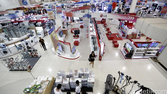 Pengunjung melihat-lihat barang eletroknik di Electronic City kawasan SCBD, Jakarta, Rabu (3/2/2016). Gabungan Pengusaha Elektronik menargetkan penjualam barang-barang elektronik tahun 2016 naik 15 persen atau Rp 43 triliun dan bisa melebihi target pada tahun lalu yang nilainya sekitar Rp 36,8 triliun. (FOTO: Rachman Haryanto/detikcom)