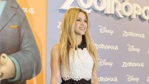 Shakira Chic dengan Rok Mini