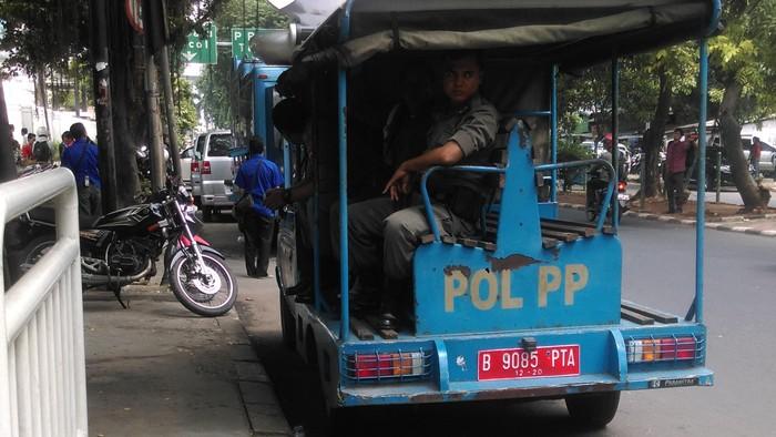 satpol pp bersihkan PKL, ilustrasi satpol PP