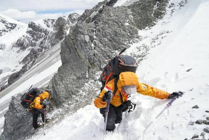 Fransiska Dimitri Inkiriwang dan Mathilda Dwi Lestari dari Universitas Parahyangan Bandung. Keduanya berhasil mencapai puncak tertinggi di Benua Amerika, yakni pegunungan Aconcagua.