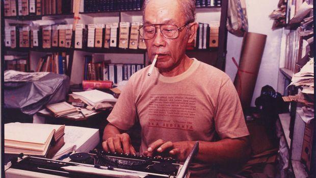 Potret Pramoedya Ananta Toer saat sedang bekerja menciptakan karya sastranya.