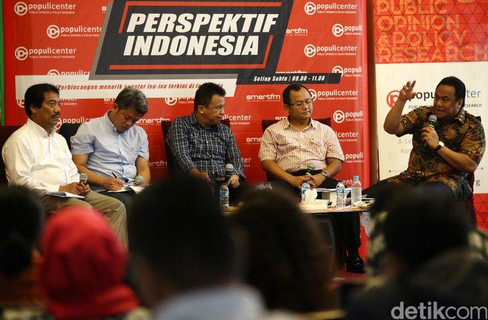 Bos PT Panasonic Gobel Indonesia Rachmat Gobel, Ketua KPPU Syarkawi Rauf, anggota DPR Muhammad Sarmuji, Direktur Penyelesaian Perselisihan Kementerian Ketenagakerjaan Sahat Sinurat, dan Ichan Loulembah menjadi pembicara diskusi yang digelar di Gado-Gado Boplo, Jakarta, Sabtu (6/2/2016).