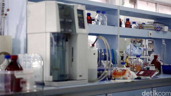 Petugas mengujicoba contoh makanan, Rokok dan sterilisasi beragam alat kesehatan di laboratorium Badan Pengawas Obat dan Makanan (BPOM) di Jakarta, Selasa (9/2/2016). Dalam sehari BPOM menerima kurang lebih 10 contoh makanan, minuman, obat-obatan, kosmetik dan jamu untuk dilakukan ujicoba guna menjaga kualitas barang tersebut. Rachman Haryanto/detikcom.