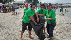 DGCI Bersihkan Pantai Delegan Gresik