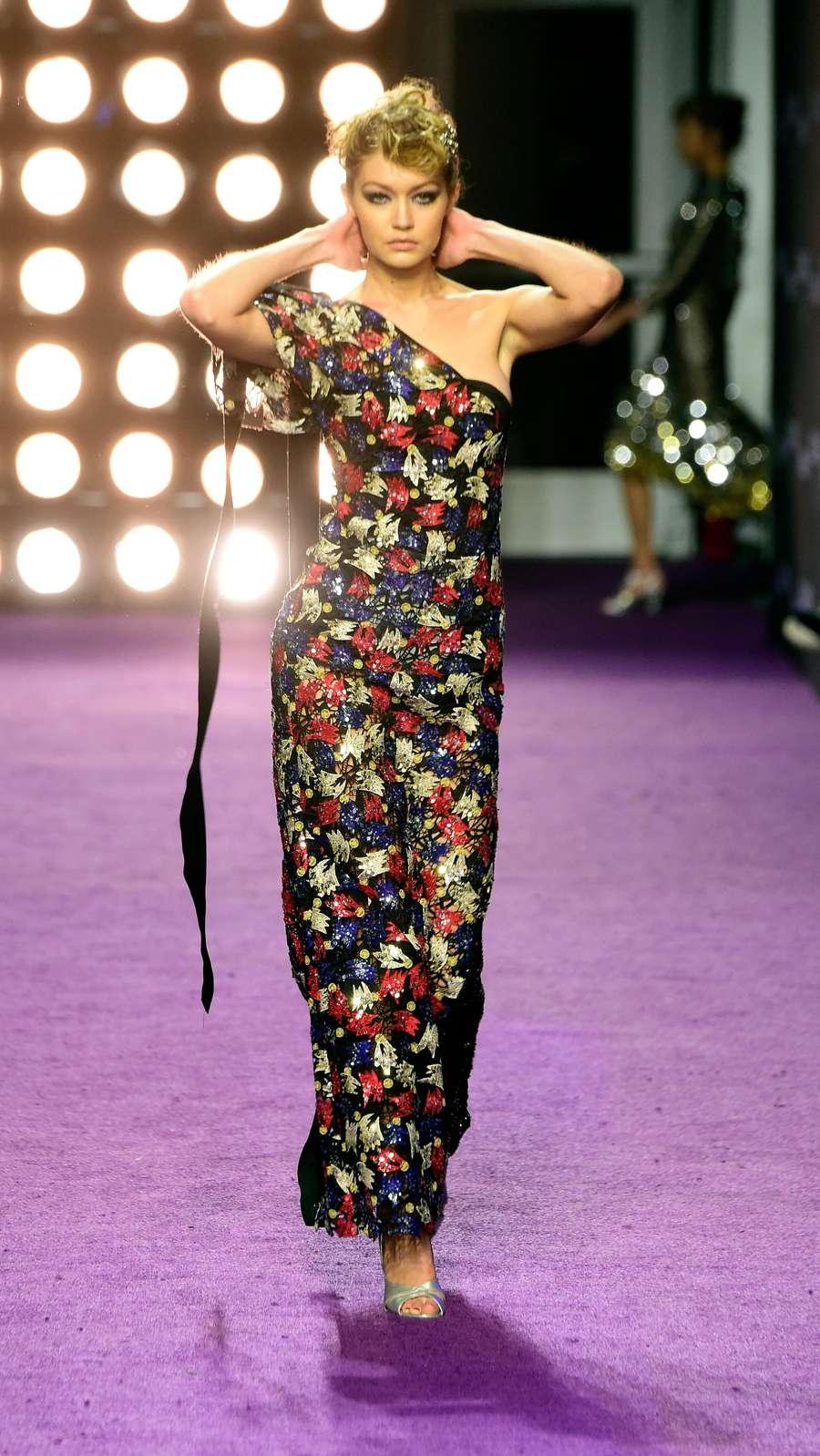 Lenggak-lenggok Gigi Hadid di Premiere Film Zoolander 2