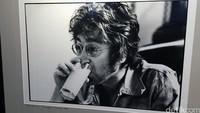 Minum susu biar kuat. Mungkin itu yang dipikirkan John Lennon di sela-sela kesibukannya menulis lagu 'Imagine.'