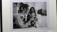 John Lennon dan Yoko Ono begitu bahagia dengan kehadiran anak mereka Sean Lennon. Sebelumnya Yoko sempat keguguran beberapa kali.