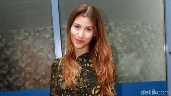 Millane Fernandez Chic dengan Dress Floral