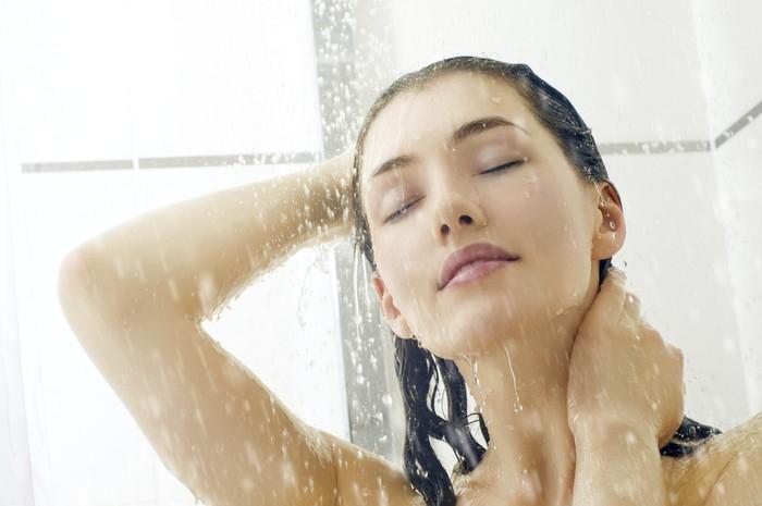 Janet Kennedy, Ph.D., seorang psikolog klinis pendiri NYC Sleep Doctor membagikan tips pertamanya dengan mandi air hangat karena suhu tubuh akan menurun sehingga rasa mengantuk. Seiring suhu tubuh yang menurun, irama jantung dan proses metabolisme juga mulai melambat. Foto: Thinkstock