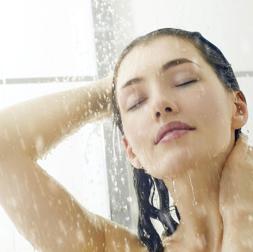 Nggak Cuma Jaga Kebersihan, Ini Alasan Kamu Harus Mandi Pagi Hari