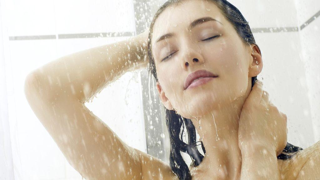Ini Sebabnya di Musim Hujan Mandi Air Dingin Lebih Dianjurkan