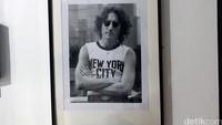 Salah satu foto paling populer dari John Lennon yang mengenakan kaos lengan buntung yang bertuliskan New York City.