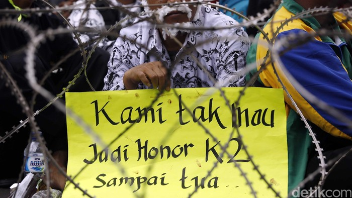 Ribuan guru yang tergabung dalam Forum Honorer Kategori 2 Indonesia (FHK 2 I) akan melakukan aksi unjuk rasa diberbagai titik, Rabu (10/2/2016). Ribuan personel kepolisian juga dikerahkan guna mengamankan aksi. Lokasi unjuk rasa yang akan dilakukan di antaranya Istana Negara, Kantor DPR/MPR, Kantor Menteri Pendayagunaan dan Aparatur Negara, dan Balai Kota Jakarta. (FOTO: Rachman Haryanto/detikcom)