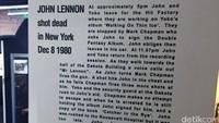 Potongan artikel koran tentang berita kematian John Lennon. Dia ditembak oleh penggemarnya sendiri, Mark Chapman, di depan apartemennya di New York, AS.