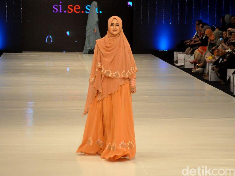 Pipik saat beraksi di catwalk acara fashion show busana muslim Si.Se.Sa. Pool/Ismail/detikFoto.