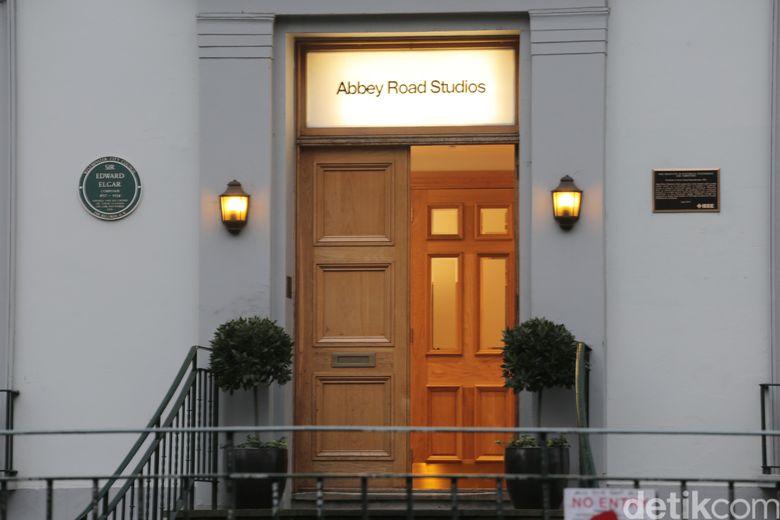 Pintu masuk Studio Abbey Road yang digunakan The Beatles untuk rekaman album ke-11 mereka.