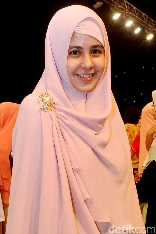 Ibu dua anak itu manis dengan hijab syari berwarna pink. Pool/Ismail/detikFoto.