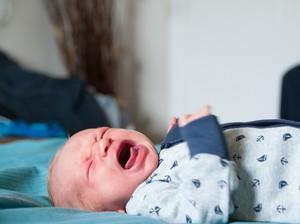 Huaaa! Saat Bayi Nangis Kejer Ketika Telinganya Ditindik