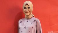 Bintang film Surga yang Tak Dirindukan itu tampil dibalut setelan busana bernuansa ungu yang dihiasi payet dan dipadu hijab dan heels coklat. Pool/Noel/detikFoto.