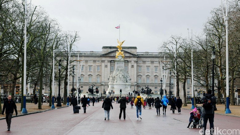 Setiap Minggu pagi, kawasan Istana Buckingham di kawasan Westminster, London, Inggris selalu ramai dengan turis. Dulunya tempat ini merupakan rumah tinggal Ratu Victoria.