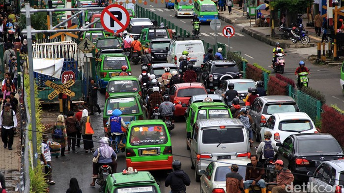 Kemacetan terjadi di kawasan Stasiun Bogor. Kemacetan ini terjadi akibat angkot ngetem di Taman Kopi yang terletak berdampingan dengan Stasiun Bogor.