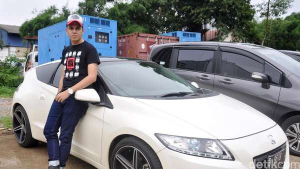 Pose Kevin Julio di Mobil Coupe Sport Putih, Kece?