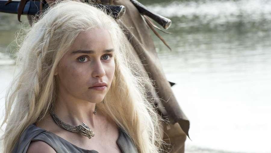 Seperti di GOT, Emilia Clarke Juga Berjuang Bertahan Hidup