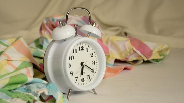Taruh barang-barang yang hanya dibutuhkan misalnya jam weker, baik manual atau digital