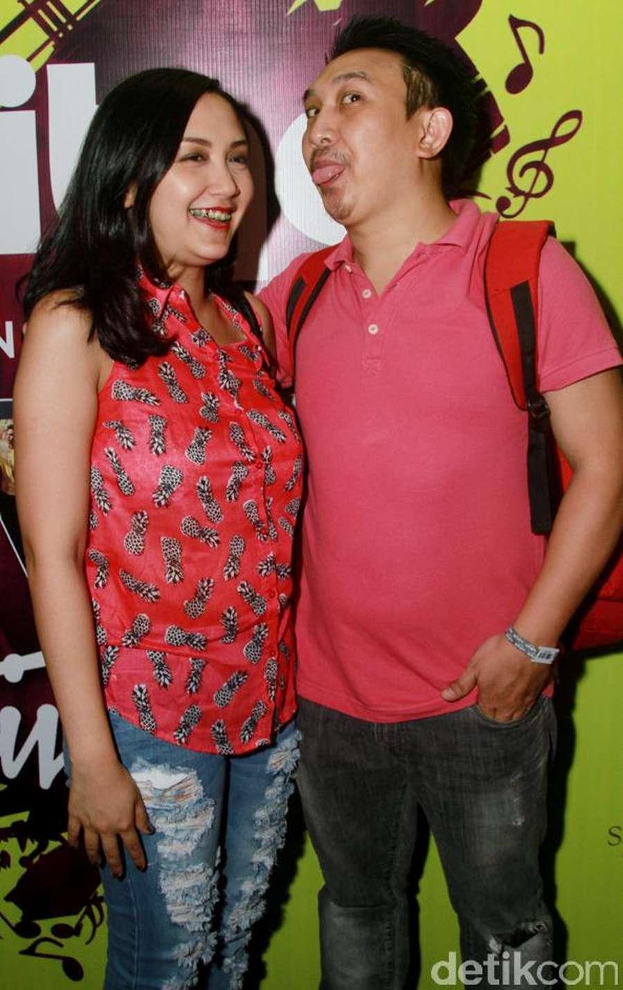 Augie Fantinus dan Adriana Bustami Kencan di Konser Kahitna