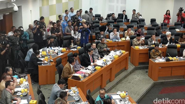 Debat Panas DPR-Pemerintah Soal Kebijakan Bebas Visa