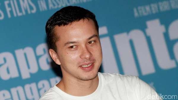 Tampil Kasual, Nicholas Saputra Tetap Bikin Cewek Kelepek-kelepek