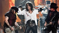 Alice Cooper, Joe Perry (Aerosmith), Johnny Depp, dibantu oleh Duff McKegan dan Matt Sorum (GnR), mereka memporak-porandakan Grammy 2016. Kevork Djansezian/Getty Images/detikFoto.