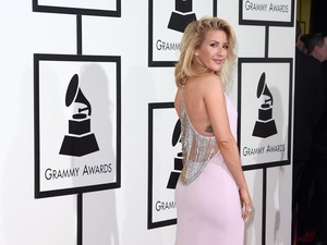 Ladies in Pink! Taylor Swift & Ellie Goulding Menawan Dibalut Gaun Pink