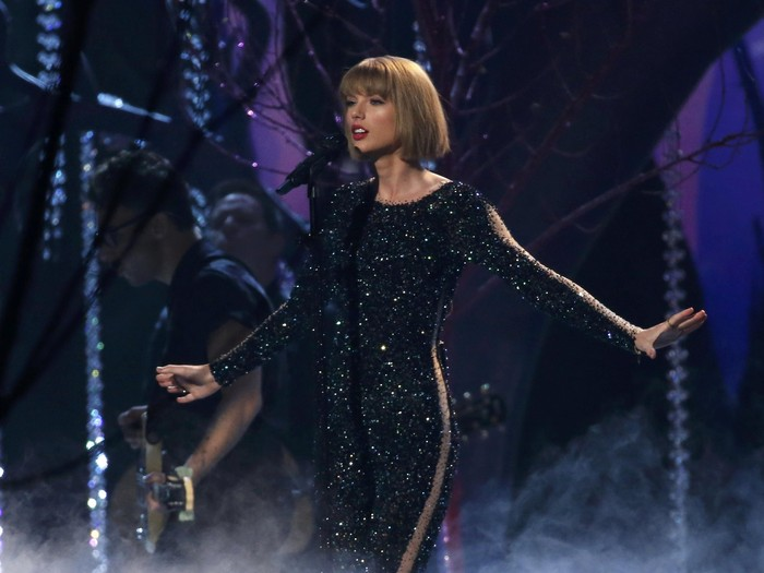 Taylor Swift performs Out of the Woods at the 58th Grammy Awards in Los Angeles, California February 15, 2016.  REUTERS/Mario Anzuoni