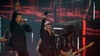 Pitbull tampil sebagai penutup pada malam itu bersama Robin Thicke. Kevork Djansezian/Getty Images/detikFoto.