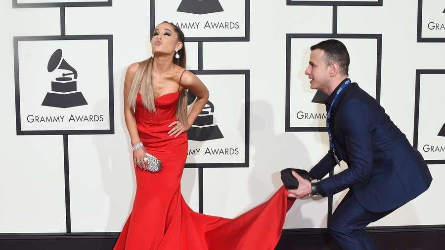 Ooh La La... Ariana Grande Merah Menyala di Grammy 2016