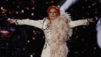 Lady Gaga menghidupkan sosok Ziggy Stardust di panggung Grammy ke-58.