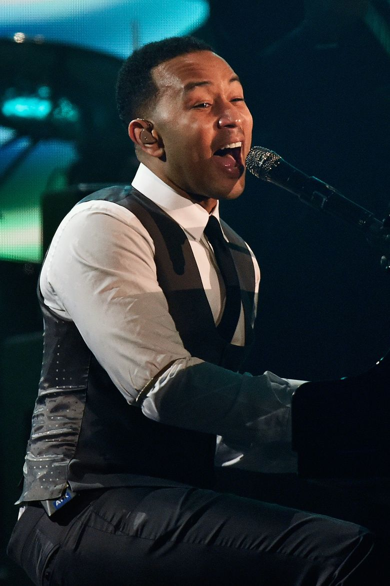 John Legend yang tampil dengan setelan jas rapi membawakan lagu Easy dengan grand piano. Kevork Djansezian/Getty Images/detikFoto.