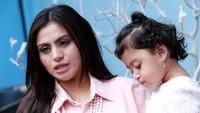Asha berujar dirinya dulu hanya bermain congklak kini sang putri, Salima Attiyah Syafik Assady sudah bisa melihat video di Youtube. Pool/Palevi S/detikFoto.