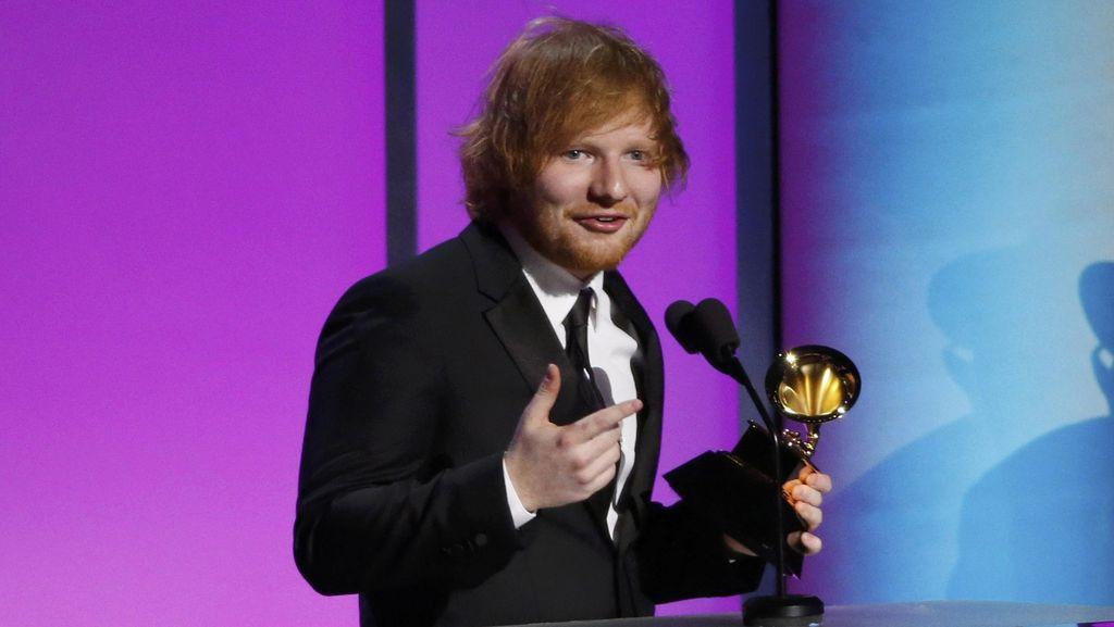 So Sweet, Ed Sheeran Rela Tidak Pakai Sepatu Demi Kekasih