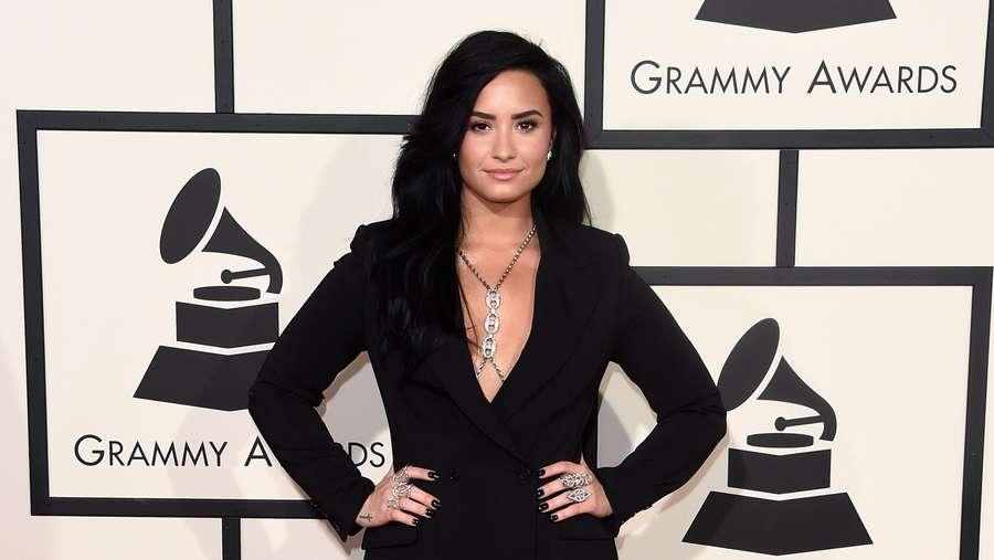 Perdana Tampil di Grammy Awards, Begini Gaya Demi Lovato
